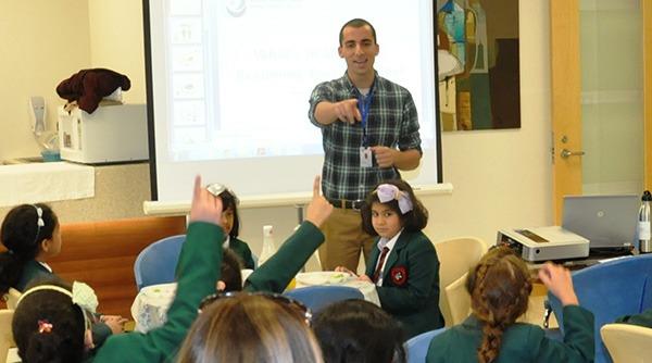 UW Bioengineering alumnus and Fulbright Student Fellow Hani Mahmoud teaches a class of children