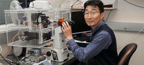 UW Bioengineering faculty Deok-Ho Kim in lab