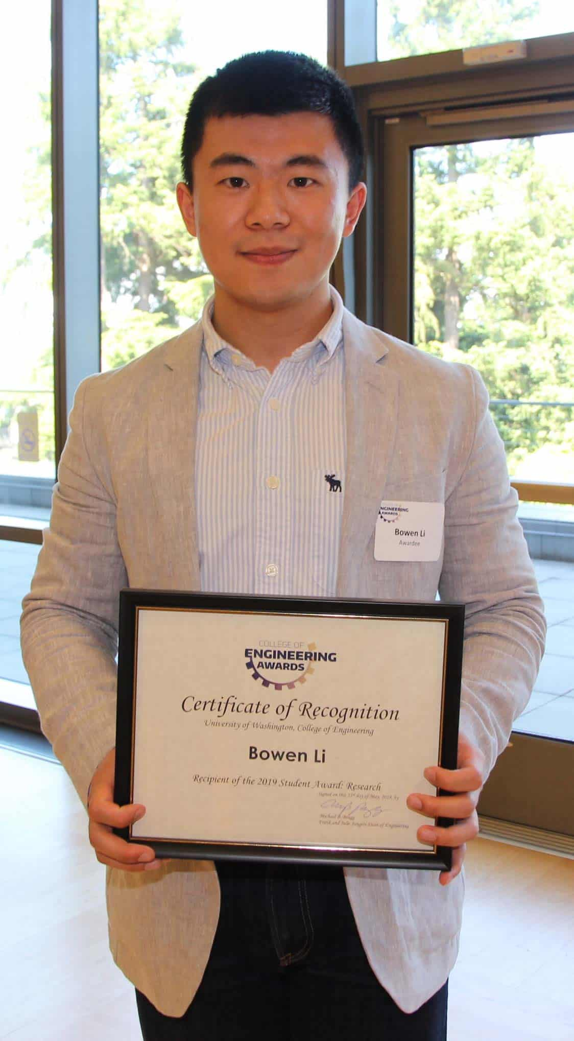 BioE PhD student Bowen Li with award by Greg DeBow